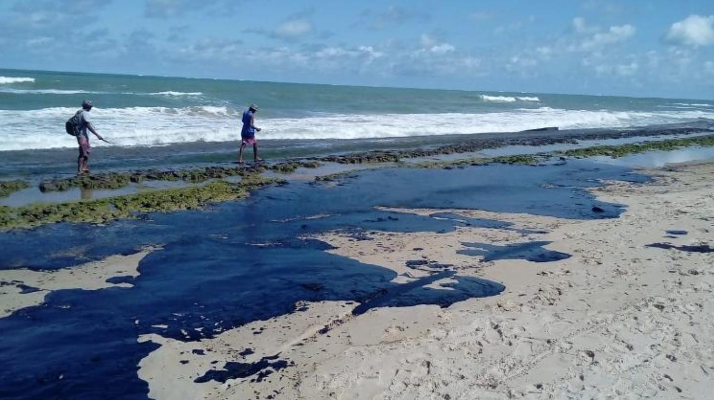 Resultado de imagem para primeiras manchas de óleo surgiram da costa