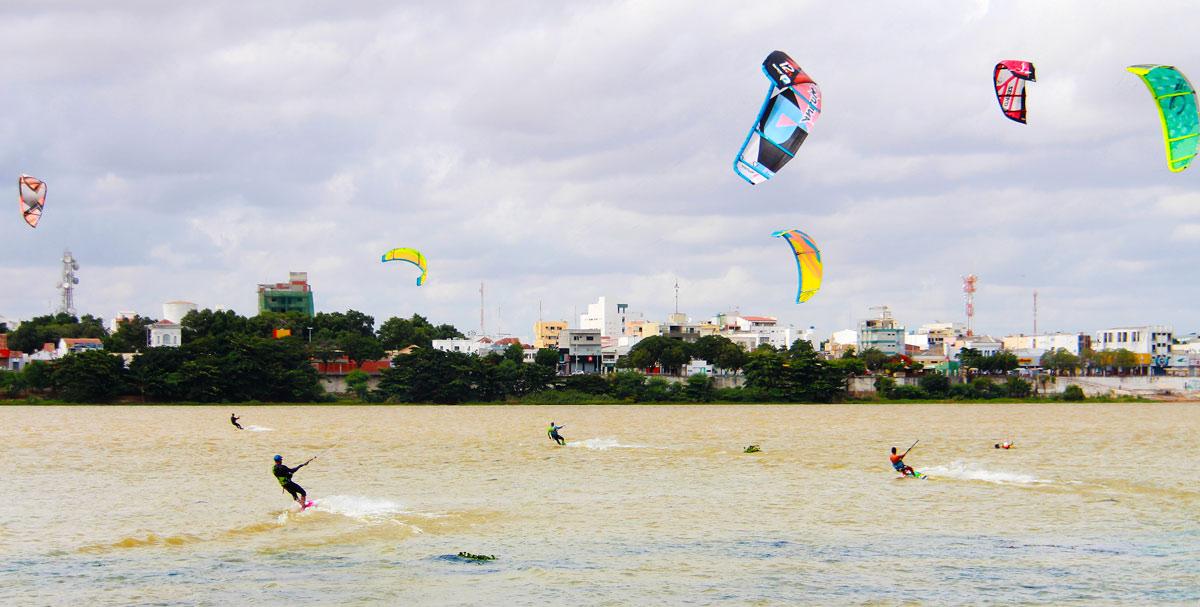 Praticantes de kite surf no Rio São Francisco